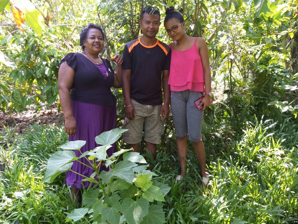 Jean-Claude Mena avec son épouse et sa mère. Producteurs sur leur terre à Vomémar, territoir de Sava.